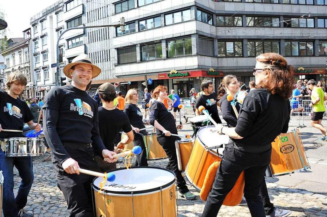 36 Bands sollen am Rand der Strecke wi...g bei Sportlern und Zuschauern sorgen.  | Foto: Rita Eggstein