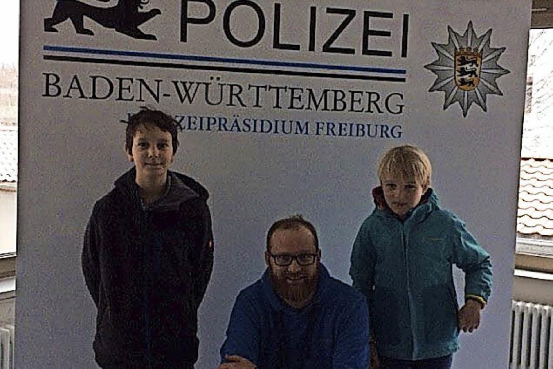 Zisch-Reporter  Julian Grolla (links) ... Lieber mit Polizist Thorsten Willmann  | Foto: Franziska Scheuble