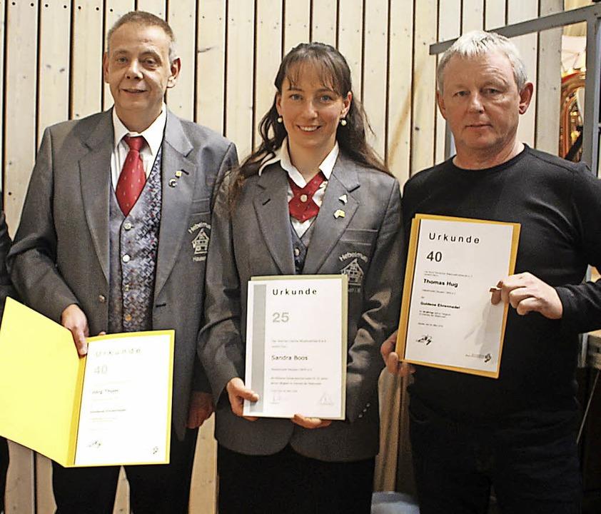 Für ihre Treue geehrt wurden (von link...tzende und 25 Jahre) und  Thomas Hug.   | Foto: Anja Bertsch