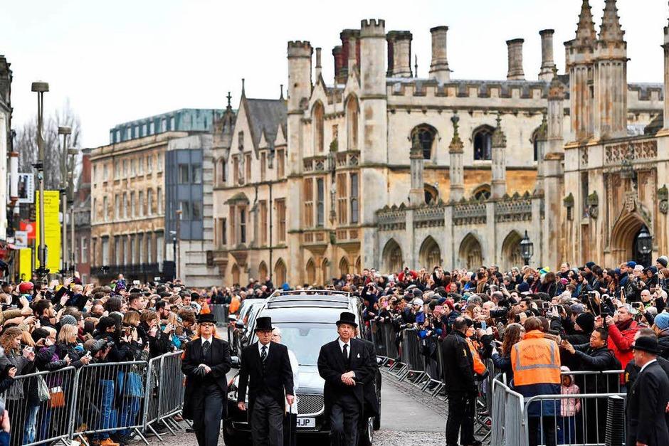 Der Leichenwagen mit demSarg des Astrophysikers Stephen Hawking kommt zur Church of St Mary the Great. Hawking war am 14.03.2018 im Alter von 76 Jahren gestorben. (Foto: dpa)