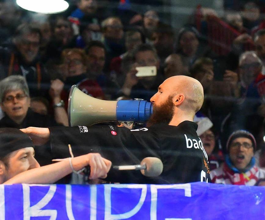 Feiert die gewonnene Playdown-Serie ge...t Megafon bei den Fans: Philip Rießle.  | Foto: Achim Keller