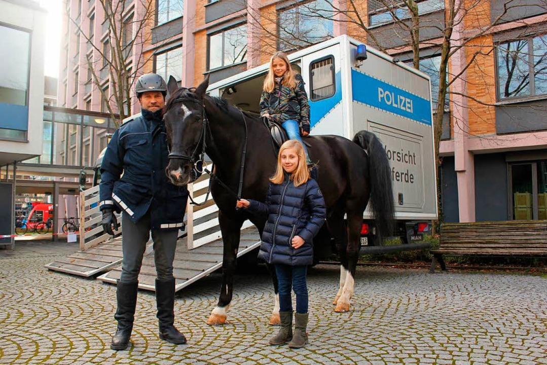 Markus Heißler mit Polizeipferd Panier...innen Carolin Finkel und Anouk Strigel  | Foto: Privat