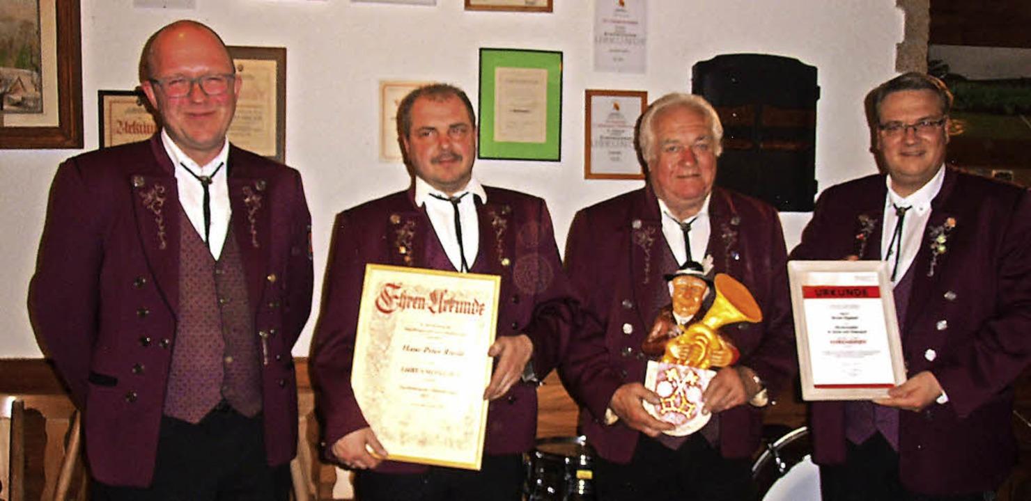 Mario Isele (rechts) überreichte Ernst... 2. Vorsitzenden Armin Köpfer (links).  | Foto: Cornelia Selz