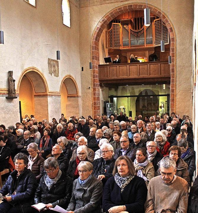 Das Duo Bernhard Kratzer (Trompete) un... der vollbesetzten Kirche St. Cyriak.     Foto: Erik Stahlhacke