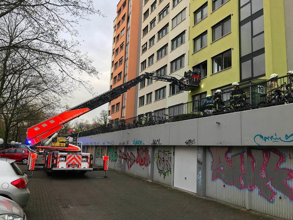 Die Feuerwehr setzte die Drehleiter ein.  | Foto: Daniel Laufer