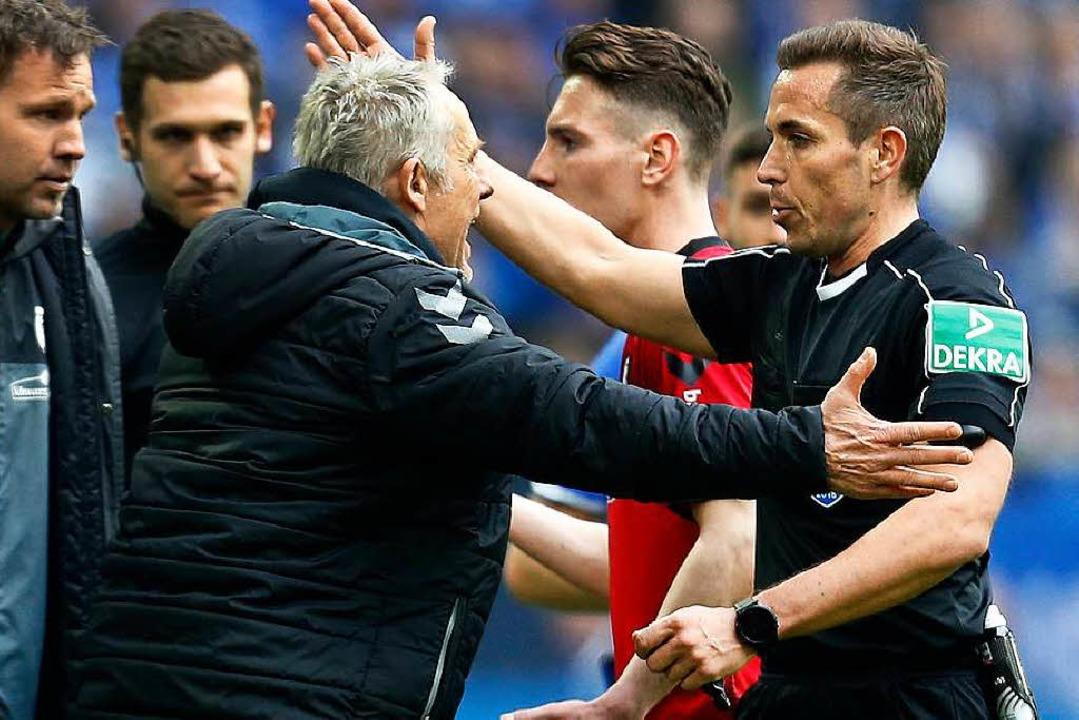 SC-Trainer Christian Streich (Dritter ...st auf Schalke in die Wolle bekommen.   | Foto: dpa