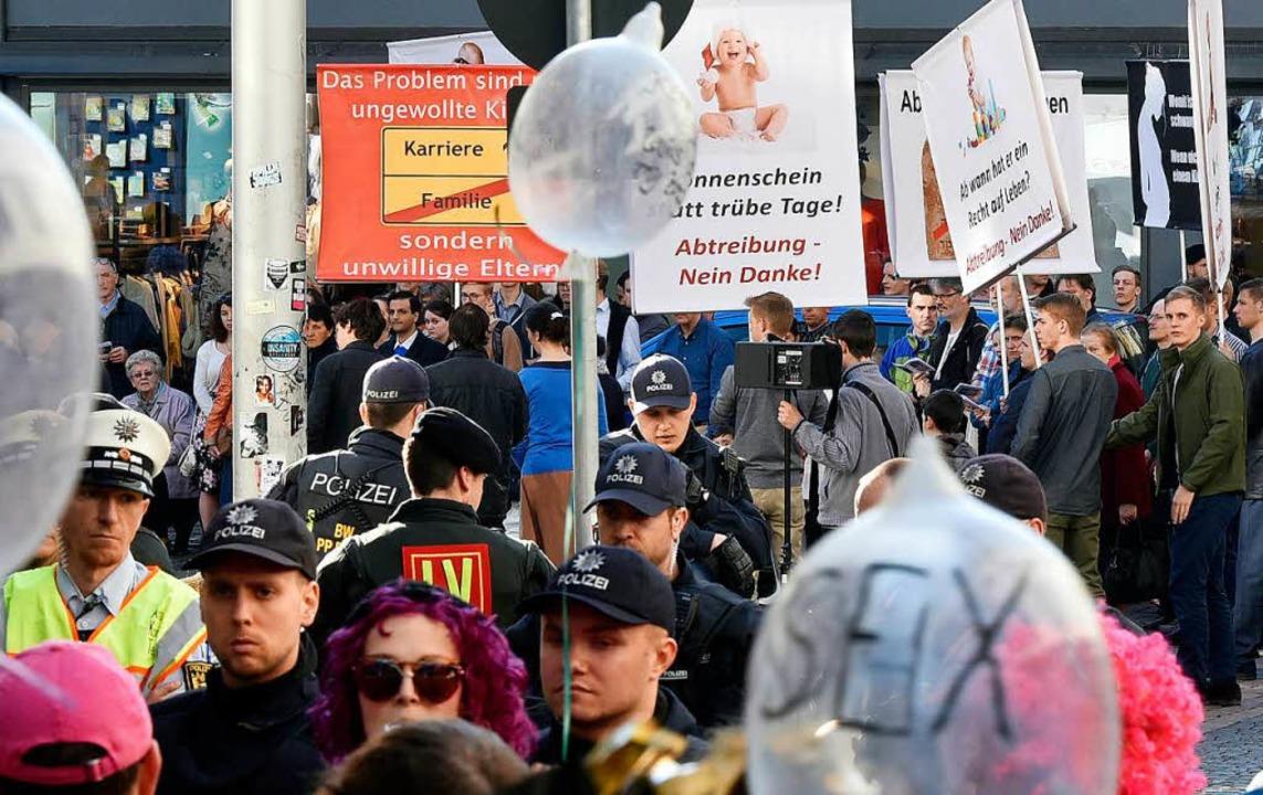 In der Altstadt demonstrieren Piusbrüd...vativen, dazwischen steht die Polizei.    Foto: Thomas Kunz