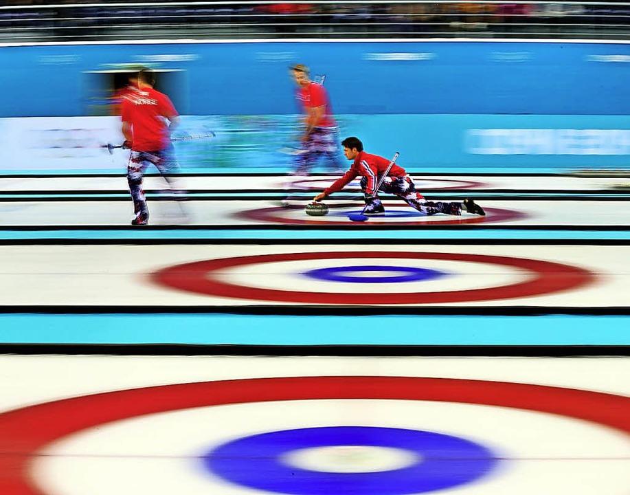 Eigentlich ist Curling eine runde Sach...211; aber auch eine Sache des Geldes.   | Foto: dpa