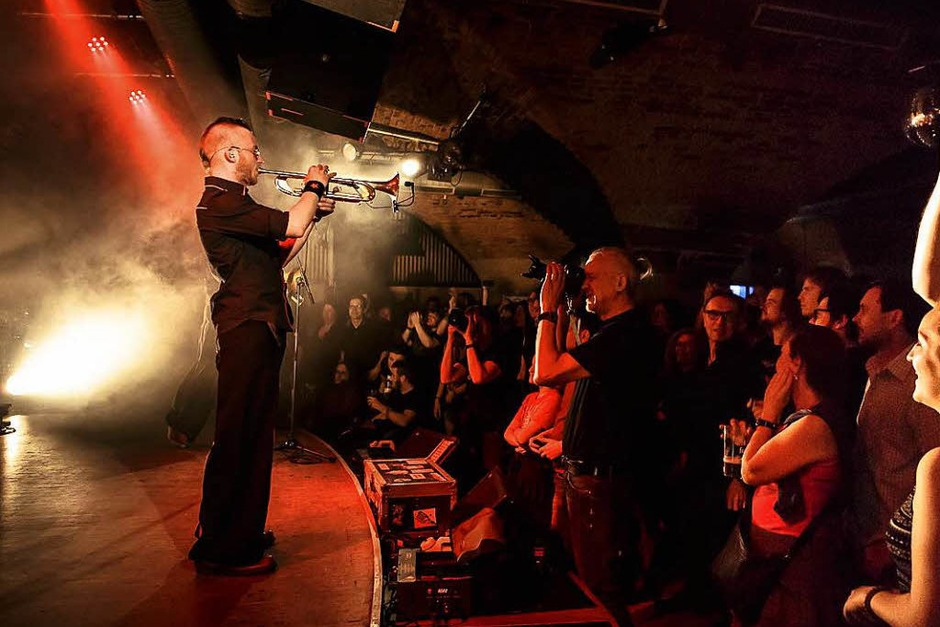 Virtuose Gitarren, eine hinreißende Geige, stürmische Bläser und die große Bassbariton-Stimme von Frontmann Georgij Alexandowitsch Makazaria: Russkaja im Jazzhaus (Foto: Janos Ruf)