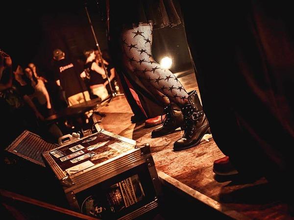 Virtuose Gitarren, eine hinreißende Geige, stürmische Bläser und die große Bassbariton-Stimme von Frontmann Georgij Alexandowitsch Makazaria: Russkaja im Jazzhaus