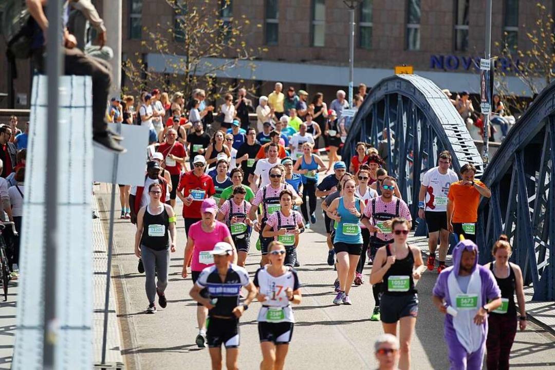 Rund 10.000 Teilnehmer gingen beim 15. Freiburg Marathon auf die Strecke.  | Foto: Janos Ruf