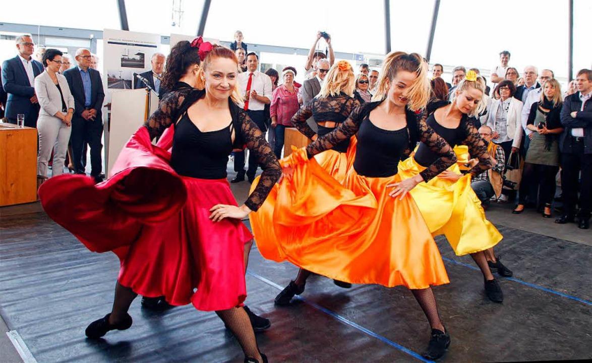 Schwungvoll sorgten die Tänzerinnen und Tänzer für Farbe.  | Foto: heidi fössel