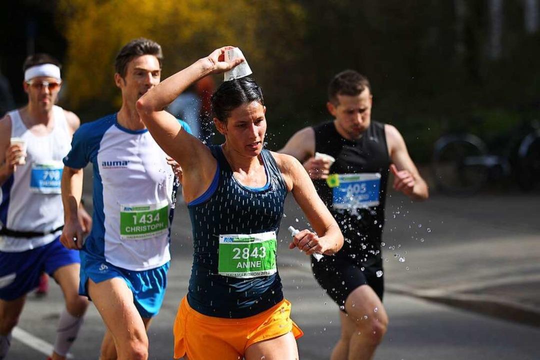 Wasser war für die Läufer während des 15. Freiburg-Marathon essentiell.  | Foto: Janos Ruf