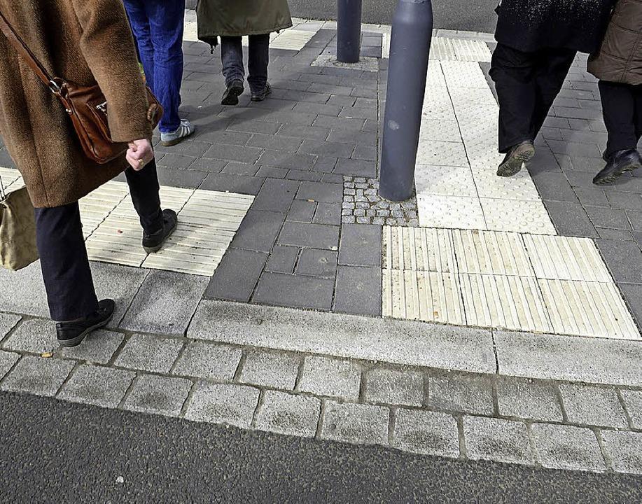 Die hellen  Steine mit Noppen oder Rillen geben Sehbehinderten Orientierung.  | Foto: Ingo Schneider