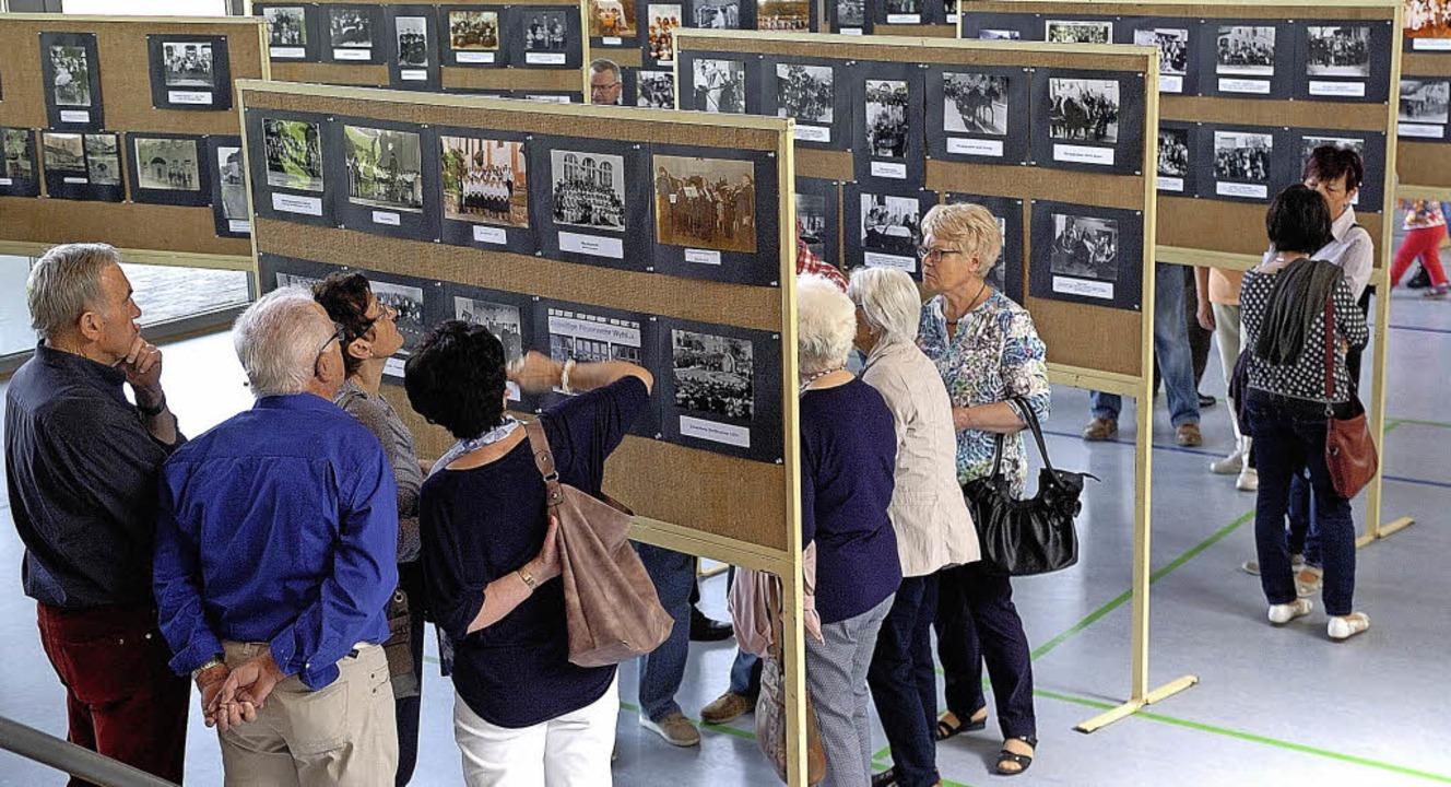 Viele alte Fotos konnten die Besucher ...sstellung des Heimatvereins bewundern.  | Foto: J. Schweizer