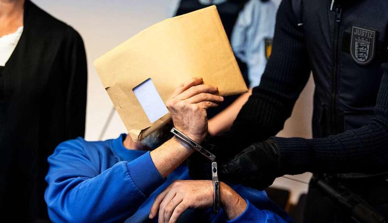 Der Angeklagte Markus K. verbarg sein Gesicht hinter einem Umschlag.  | Foto: dpa