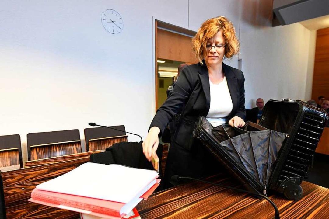 Julia Schlindwein vertritt den Angeklagten.  | Foto: dpa