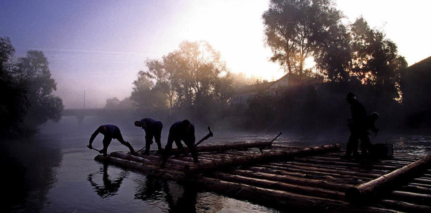 Harter Job: Schon im Morgengrauen baue...ößer die schwimmenden Inseln zusammen.  | Foto: Tölzer Land tourismus (dpa)
