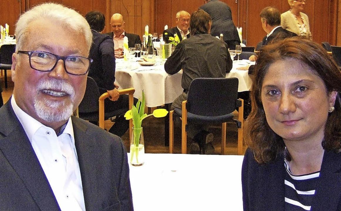 Vom Vorsitzenden zum Ehrenvorsitzenden...s   Verkehrsvereins an Gabriela Moser.    Foto: Susanne Müller