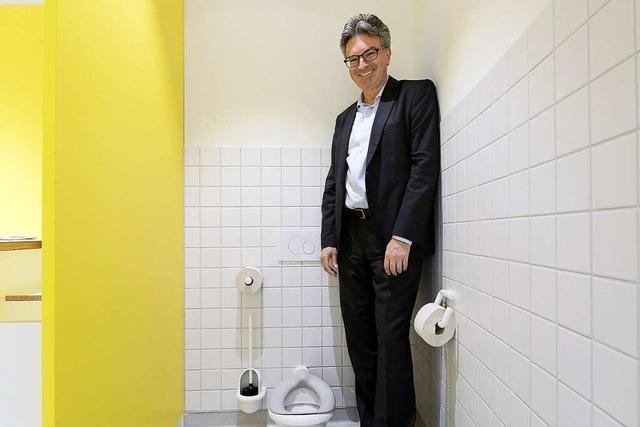 Schule verleiht OB Salomon Ehrenklobürste in Gold