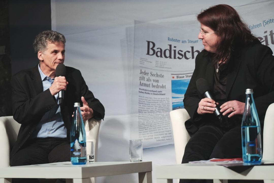 Uwe Mauch, Leiter der BZ-Stadtredaktion, befragt Monika Stein.  | Foto: Miroslav Dakov