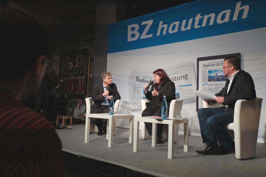 Uwe Mauch, Leiter der Stadtredaktion (...n, im Gespräch mit Monika SteinKnöferl  | Foto: Miroslav Dakov