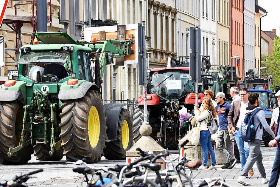 Traktoren in der Stadt – ein ungewöhnlicher Anblick (Foto: Rita Eggstein)