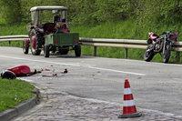 Motorrad stößt gegen Traktor: 17-Jähriger muss schwerverletzt ins Krankenhaus