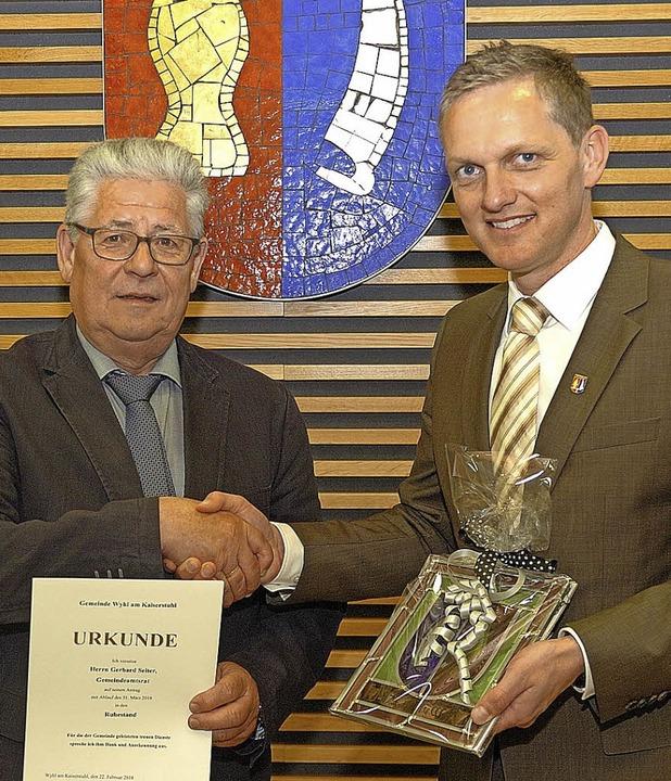 Bürgermeister Ferdinand Burger (rechts) verabschiedete Gerhard Seiter.   | Foto: Jürgen Schweizer