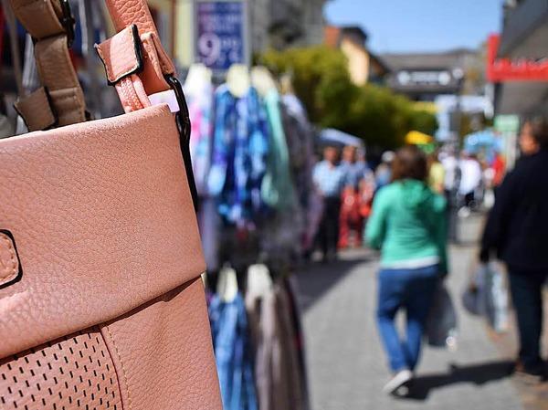 Bei schönem Wetter und geöffneten Geschäften waren die Straßen der Bad Krozinger Innenstadt am Wochenende gut gefüllt.
