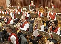 85 Blasmusiker bringen in Stimmung