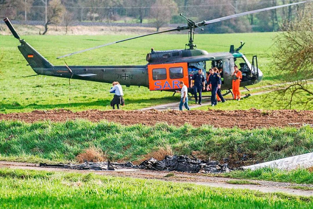 Die Überreste des Kleinflugzeugs vor d...kam es am Sonntag bei Schwäbisch Hall.  | Foto: dpa