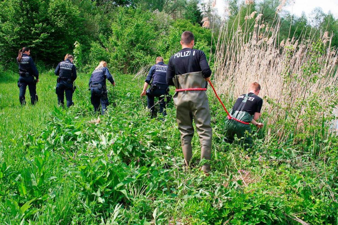 Polizisten 2017 an einem Erbacher Anglersee bei der Spurensuche   | Foto: dpa