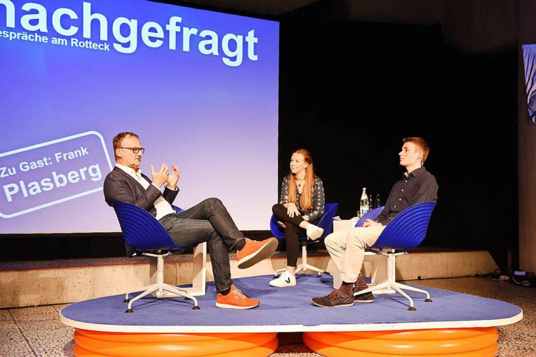 Sonst talkt er mit Gästen, diesmal war...ts Charlotte Berner und Jakob Kolberg.  | Foto: Rita Eggstein