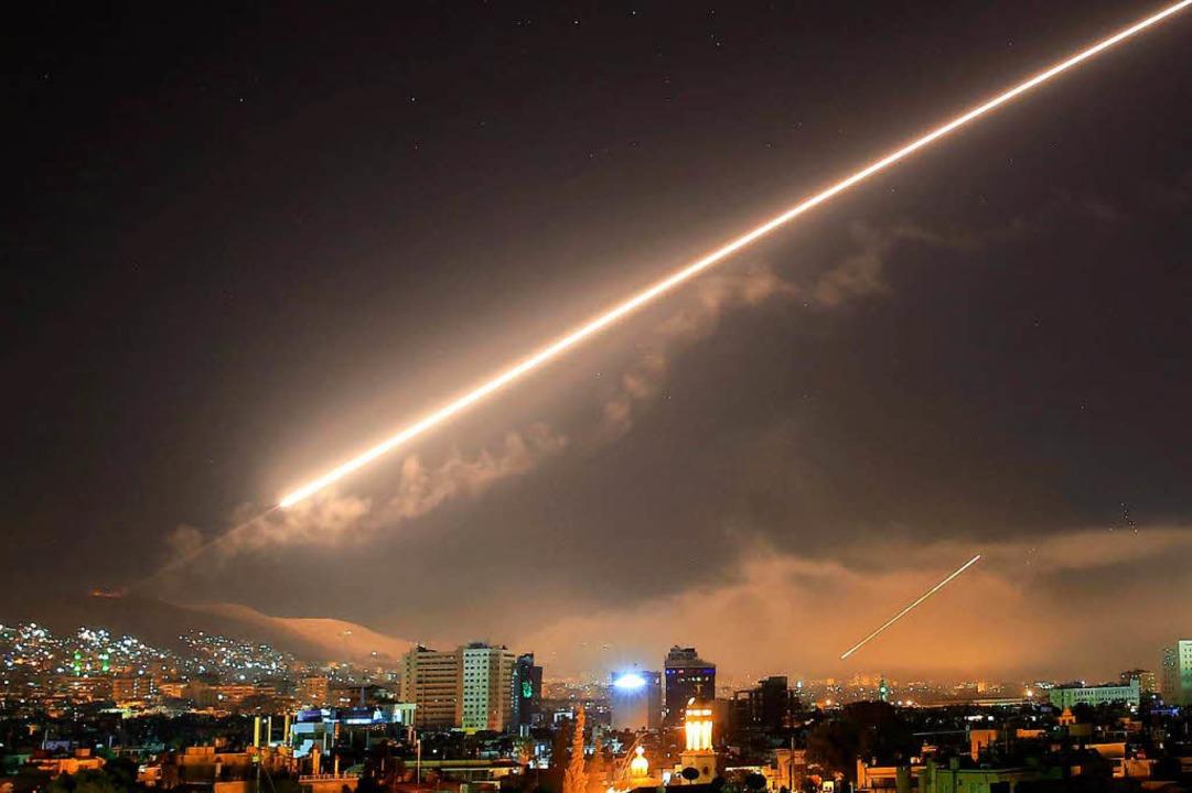 Eine Luftabwehrrakete wird während der Angriffe abgefeuert.   | Foto: DPA