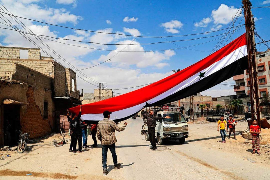 In Damaskus und Umgebung waren nach de...vielerorts syrische Flaggen zu sehen.   | Foto: DPA