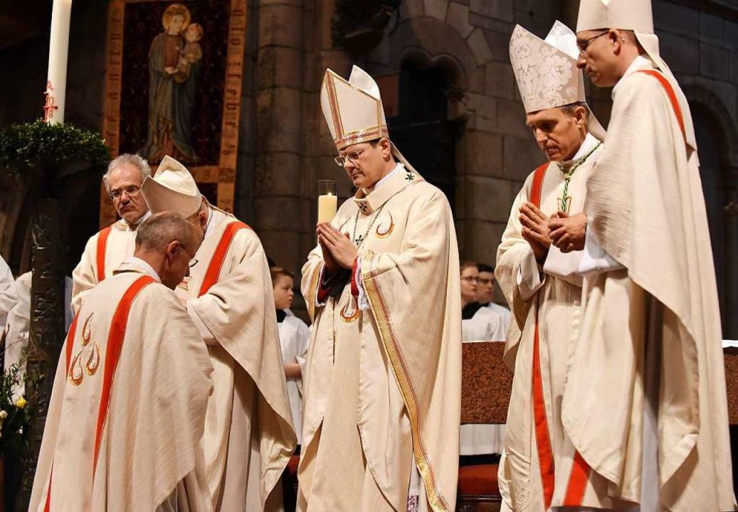Birkhofer (kniend) mit Erzbischof Step...d Georg Gänswein (zweiter von rechts).  | Foto: Rita Eggstein