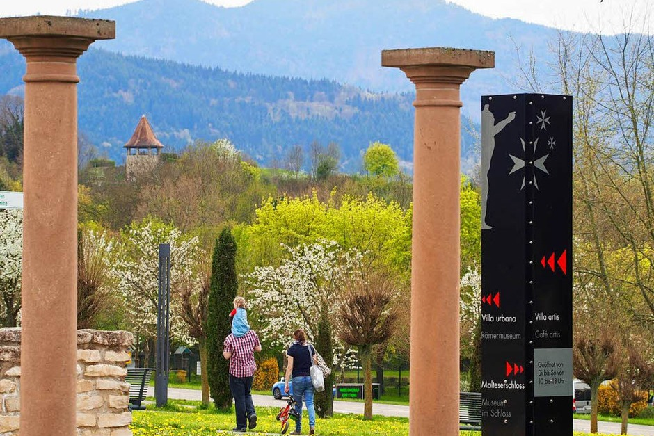 Säulen bestimmen die Optik im Römerpark. Ganz im Hintergrund der Wasserturm der Malteserstadt. (Foto: Markus Donner)