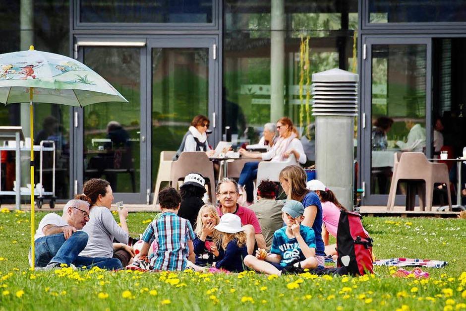 Auf der Terrasse des Café artis oder auf der Löwenzahnwiese davor lässt es sich gut verweilen. (Foto: Markus Donner)