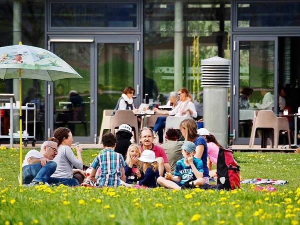 Auf der Terrasse des Café artis oder auf der Löwenzahnwiese davor lässt es sich gut verweilen.