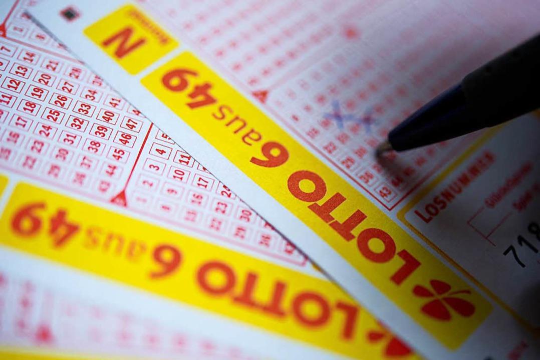 Drei junge Männer macht die Polizei fü...f eine Lotto-Filiale verwantwortlich.   | Foto: dpa