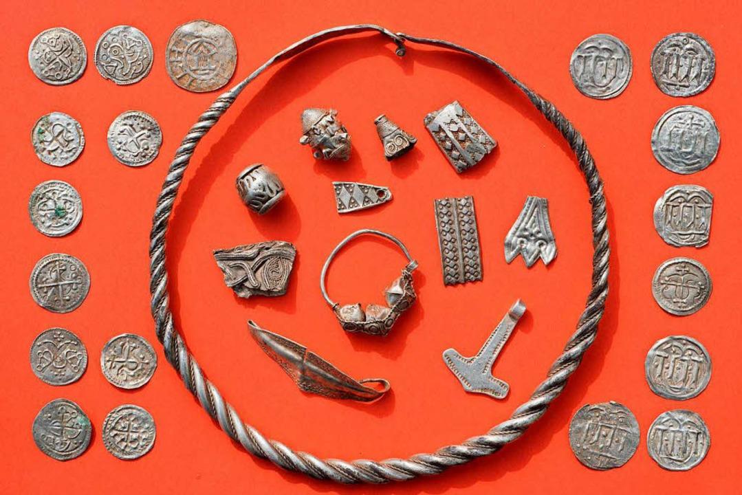 Silberschmuck und jede Menge Münzen wa...rchäologen auf der Insel Rügen fanden.  | Foto: dpa