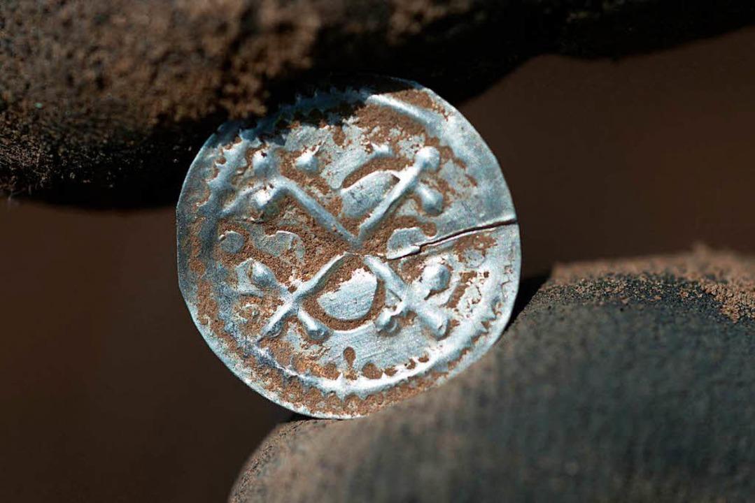 Eine 100 Jahre alte Münze  | Foto: dpa