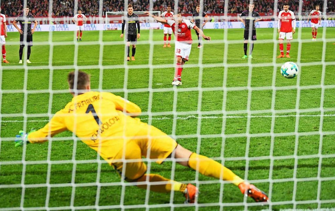 Umstrittener Elfer: Der Mainzer Pablo ...0 gegen SC-Torwart Alexander Schwolow.  | Foto: dpa