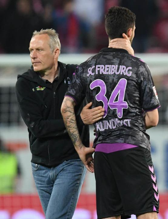 Christian Streich tröstet Tim Kleindienst.  | Foto: dpa