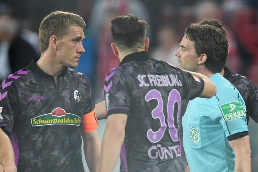 Ratlosigkeit: Schiedsrichter Guido Win...rsen und Günter den Halbzeit-Elfmeter.  | Foto: dpa