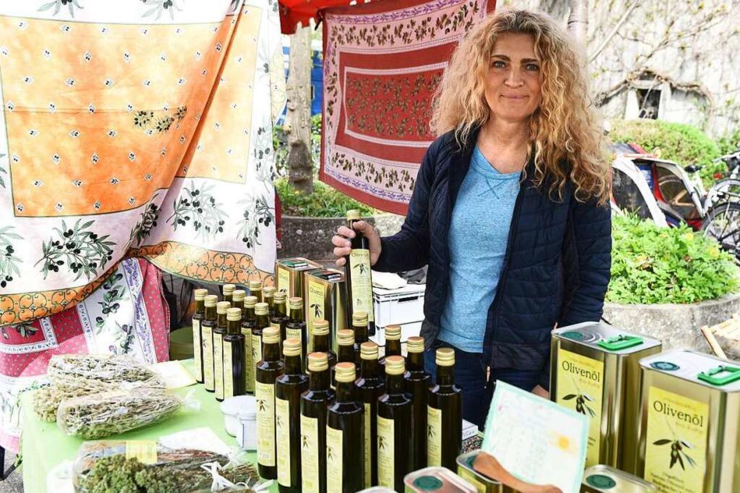 Frisch aus Kreta: Öl aus Oliven von den Bäumen, die Deva Maier dort hat.  | Foto: Rita Eggstein
