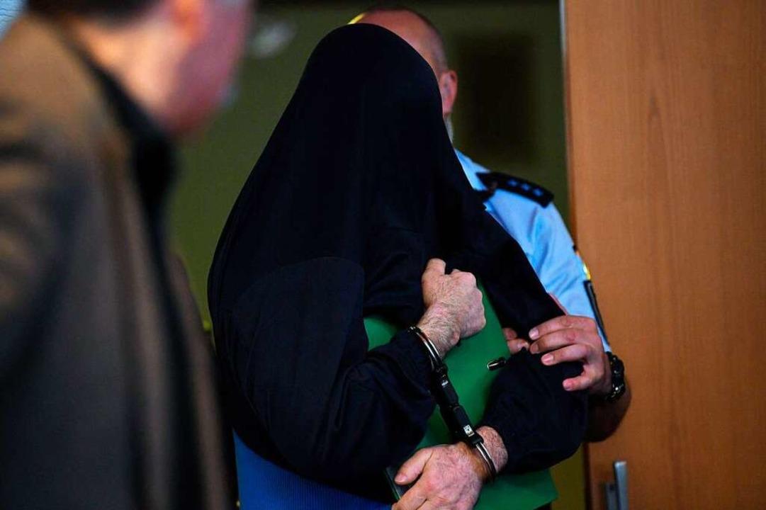 Nasr-Eddine B. wird in den Gerichtssaal geführt.  | Foto: dpa