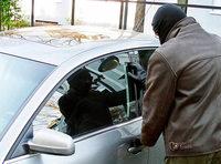 Unbekannter schlägt Seitenscheibe eines Autos ein