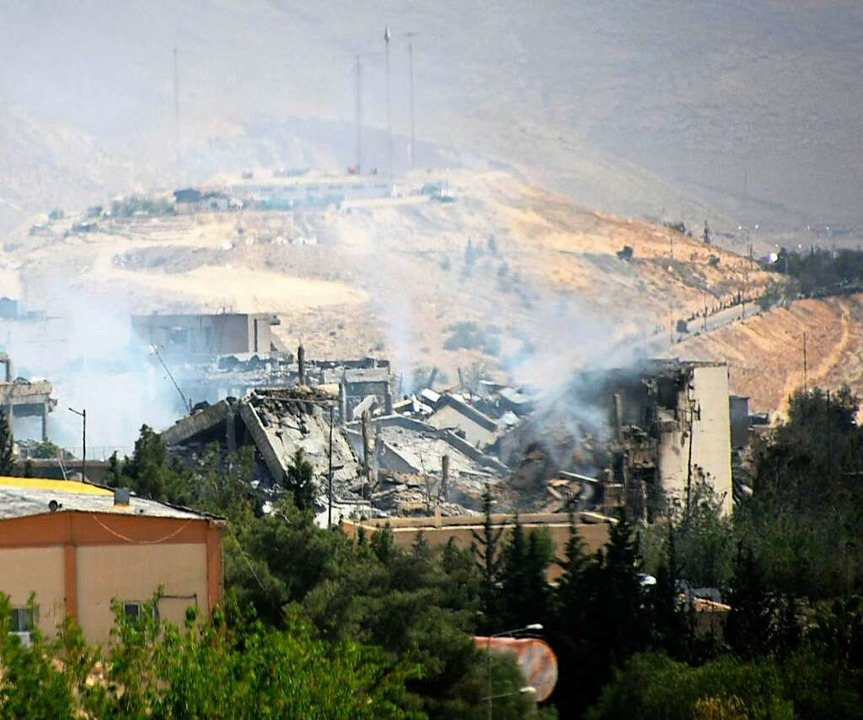 Rauch steigt über dem Forschungszentru...und Frankreich stark beschädigt wurde.  | Foto: dpa